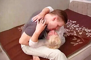 Hot Russian mother fucking pussy with her young son on bed xxx tube video